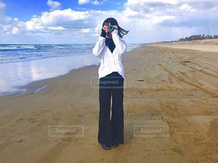 砂浜の上に立っている人の写真・画像素材[1829366]
