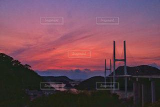曇り空の長崎港に沈む夕陽の写真・画像素材[1869035]