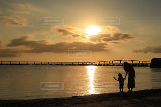 女性,子ども,海,空,夕日,太陽,沖縄,光