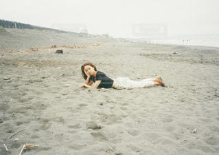 砂浜に横たわるわたしの写真・画像素材[2331136]