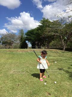 サングラス,青空,女の子,ボール,タイ,ゴルフ,ゴルフ場,2歳,GOLF,Thailand