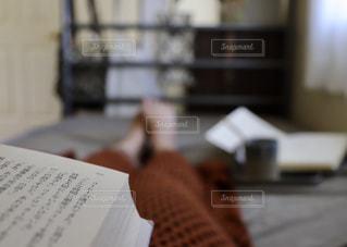 ベッドの上で読書の写真・画像素材[1650128]
