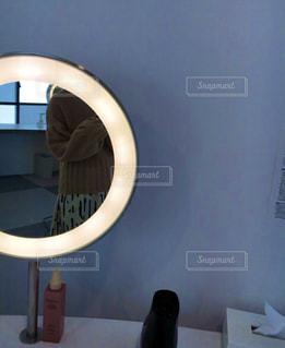 鏡越しにの写真・画像素材[1672746]