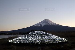 夜の富士山とイルミネーションの写真・画像素材[1696339]