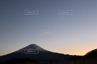 背景の大きな山の写真・画像素材[1696340]