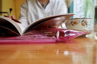 カフェで勉強する人の写真・画像素材[1713458]