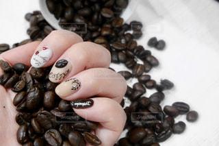 コーヒーネイルとコーヒー豆の写真・画像素材[1760556]