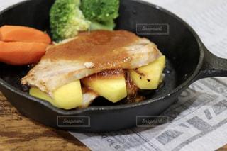 豚肉の生姜焼きパイナップル挟みの写真・画像素材[1834307]