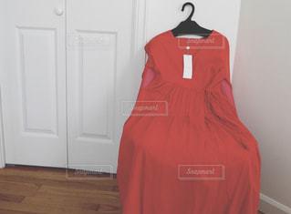 赤いシャツをかいた人の写真・画像素材[2188380]