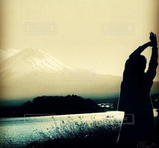 富士山を前に背伸びの写真・画像素材[2211186]