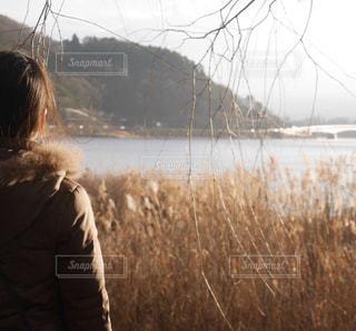 湖の前での写真・画像素材[2211207]