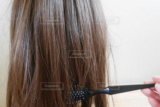 髪をとかす女性の写真・画像素材[2283576]