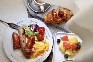 コーヒー,朝食,カーテン,パン,フルーツ,サラダ,洋食,ウインナー,朝ごはん,クロワッサン,スクランブルエッグ,モーニング,ソーセージ,朝ご飯,コーンスープ,ウィンナー,朝御飯