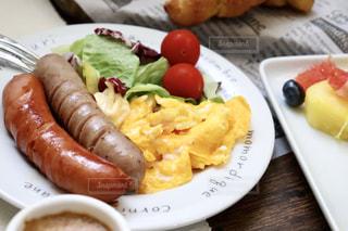 コーヒー,朝食,パン,フルーツ,サラダ,洋食,ウインナー,朝ごはん,クロワッサン,スクランブルエッグ,モーニング,ソーセージ,朝ご飯,ウィンナー,朝御飯