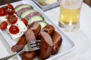 トマト,サラミ,チーズ,ビール,ウインナー,ソーセージ,つまみ,おつまみ,晩酌,ウィンナー,マスタード,摘み,お摘み