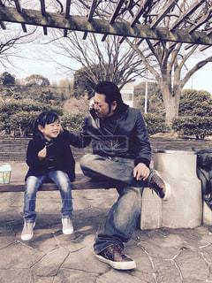 ベンチに座っている親子の写真・画像素材[1621744]