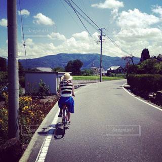 自然,夏,自転車,緑,後ろ姿,山,女子,バック,人物,背中,人,後姿,夏休み