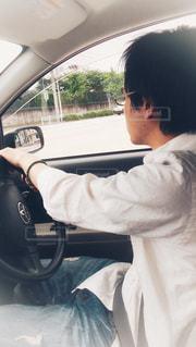 男性,30代,ジーンズ,車,車内,男,黒髪,眼鏡,ワイシャツ,ハンドル,車中,ドライブ,運転,メガネ,白シャツ