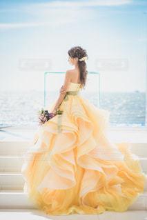 黄色いドレスを着た私の写真・画像素材[2809971]