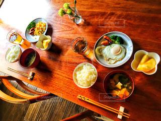 木製のテーブルの上に食べ物のプレートの写真・画像素材[1673719]