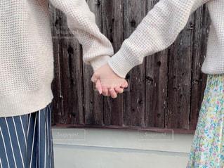 手を繋ぐの写真・画像素材[2014314]
