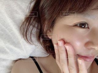 女性,30代,自撮り,手,素肌,布団,顔,朝,鼻,目,シワ,口,すっぴん,二重,ベッド,スッピン