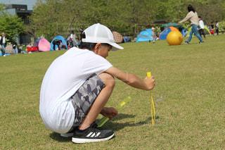 フットボールボールを持っている若い少年の写真・画像素材[2104275]