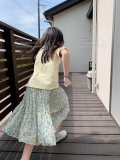 建物の前に立っている女の子の写真・画像素材[2113765]