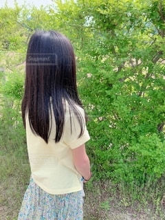 ロングヘア,庭,屋外,緑,後ろ姿,子供,女の子,スカート,後姿,Tシャツ,10歳,花柄,草木,ストレートヘア