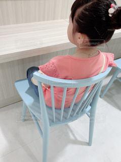 椅子に座っている小さな女の子の写真・画像素材[2170847]
