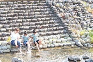 岩の壁にいる人々のグループの写真・画像素材[2171416]