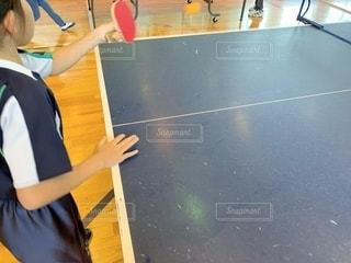 スポーツ,屋内,子供,女の子,ボール,体育館,球技,インドア,10歳,卓球,球,ラケット,卓球台,左利き,室内スポーツ,インドアスポーツ