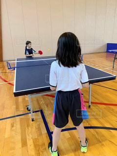 屋内,子供,女の子,仲良し,ボール,体育館,球技,運動,インドア,友達,10歳,9歳,卓球,球,ラケット,卓球台,左利き,同級生,室内スポーツ,インドアスポーツ