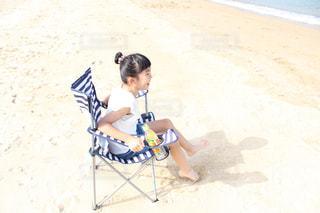 浜辺の砂の中に立っている小さな男の子の写真・画像素材[2214652]