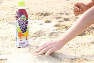砂浜に座っている女性の写真・画像素材[2214700]