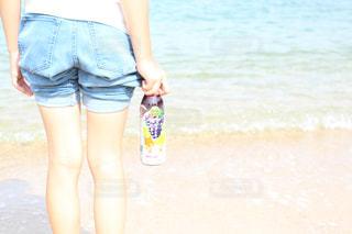浜辺に立つ女性の写真・画像素材[2215042]