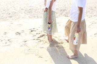 浜辺の砂の中に立っている小さな男の子の写真・画像素材[2234053]