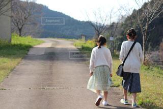 道を歩いている男女の写真・画像素材[2260123]