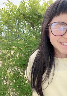 眼鏡をかけた女性のクローズアップの写真・画像素材[2281391]