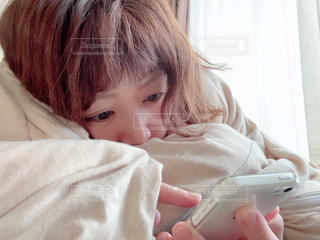 wiiリモコンを持つ小さな女の子の写真・画像素材[2283310]