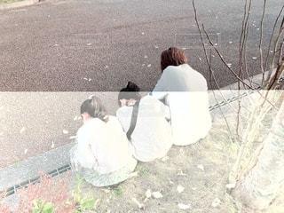 地面に座っている人々のグループの写真・画像素材[2313248]