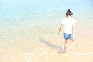 水域の隣に立っている人の写真・画像素材[2328414]