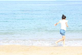 浜辺でフリスビーを投げる人の写真・画像素材[2328466]