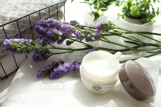 紫色の花をトッピングした白い皿の写真・画像素材[2358132]