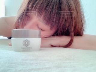 コーヒーを飲みながらテーブルに座っている人の写真・画像素材[2359435]