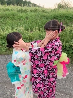 草の上に立っている小さな女の子の写真・画像素材[2455436]