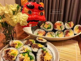 食べ物の皿をテーブルの上に置くの写真・画像素材[2925434]