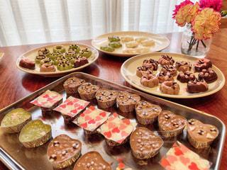 テーブルの上の皿の上にたくさんの食べ物の写真・画像素材[2934647]
