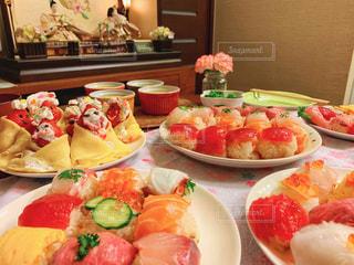 皿の上に食べ物の皿をトッピングしたテーブルの写真・画像素材[2979854]