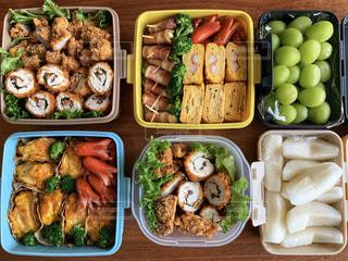 異なる種類の食べ物で満たされた箱の写真・画像素材[3122260]